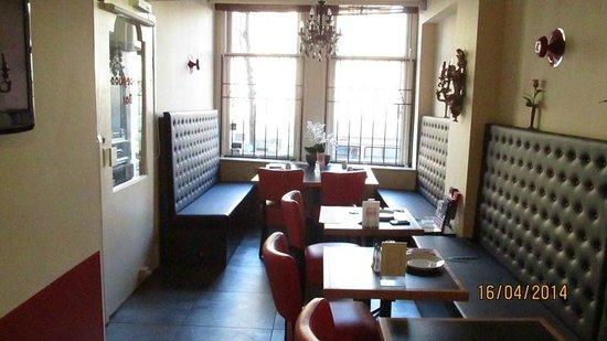 Anco Hotel: Vista de la recepción/bar hacia la calle