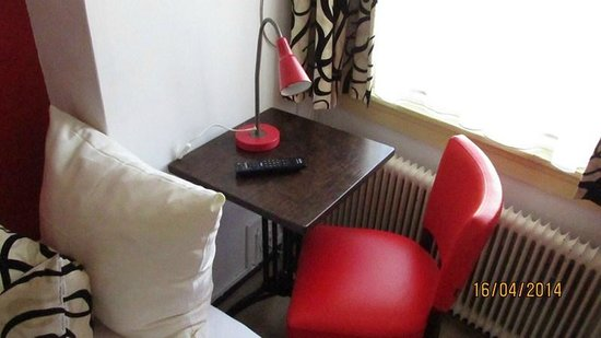 Anco Hotel: Pequeño escritorio