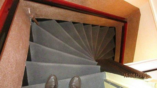 Anco Hotel: Típicas escaleras empinadas de los edificios de la zona
