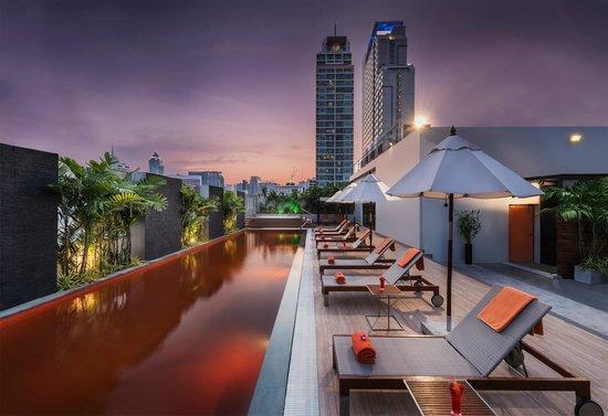 Radisson Suites Bangkok Sukhumvit : Rooftop Pool, Jacuzzie and Bar