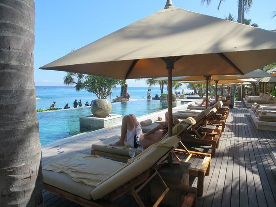 Qunci Villas Hotel: Relaxing by the pool