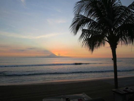 Qunci Villas Hotel: Sunset over Mt Agung
