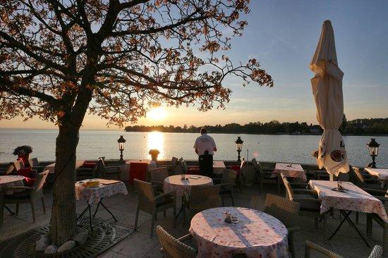 SchlossHotel Wasserburg: Sonnenuntergang auf der Terrasse