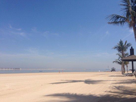 JA Palm Tree Court: Der Strand, sehr gepflegt und schön, zumindest im Bereich der Beachview Häuser