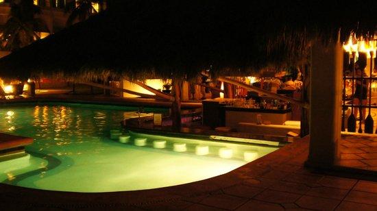 Sunscape Dorado Pacifico Ixtapa: pool area at night