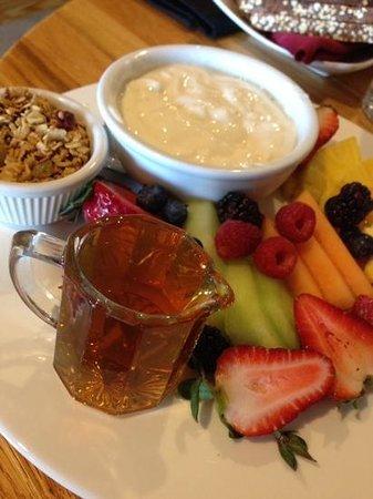 Semiahmoo Resort: yoghurt, granola and fruit
