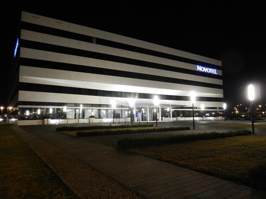 Novotel Muenchen Airport: Hotel by night