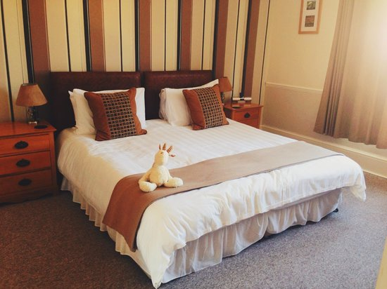 Castle Hill Guest House: Comfortable bed and well-decorated room