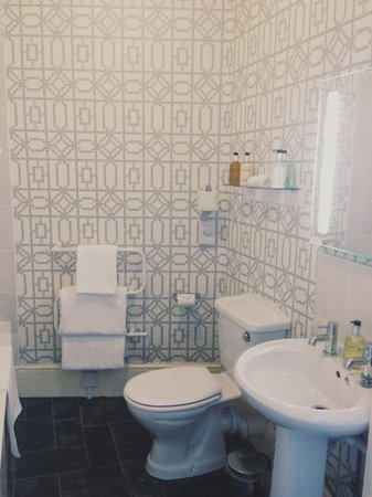 Castle Hill Guest House: Spacious and Artful Bathroom - Bathtub and Shower Options!