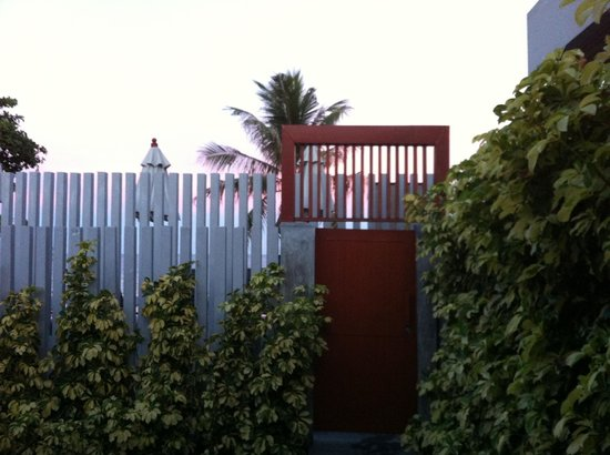 Synergy Samui Resort: Through the fence to the pool and beach