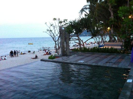 Synergy Samui Resort: Pool going down to beach