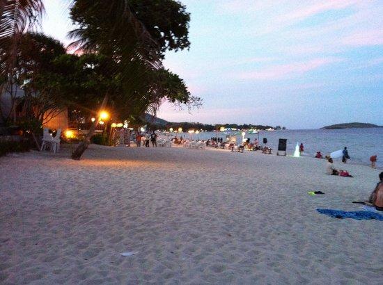 Synergy Samui Resort: Dining on the beach at night