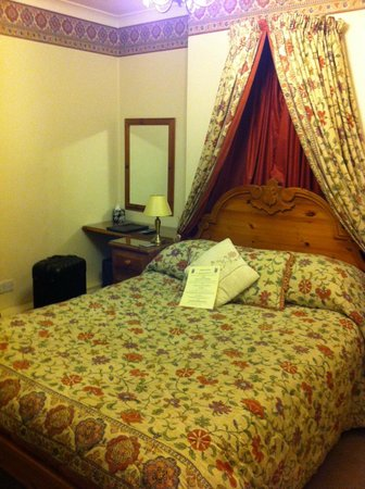 Bronte Guest House : Double bed (part of family room)