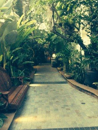 Sawasdee Village: Walkwsy to hotel