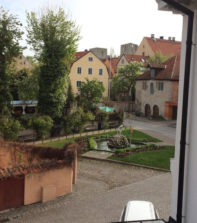 Hotel Strandporten: Morning in the Hanseatic city of Visby. View over Packhusplan just outside the hotel.