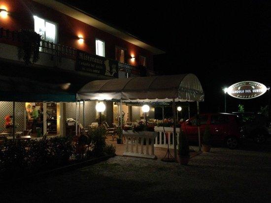 L'Angolo del Gusto: Вечером очень красиво и уютно не только внутри, но и снаружи