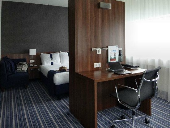 Holiday Inn Express Rotterdam - Central Station: Room: desk and bed