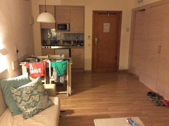 Viva Sunrise: Premium Room, kitchen side