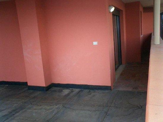 Hotel Napoleon : 部屋を出ると右には広いベランダ。30㎡くらいあります。