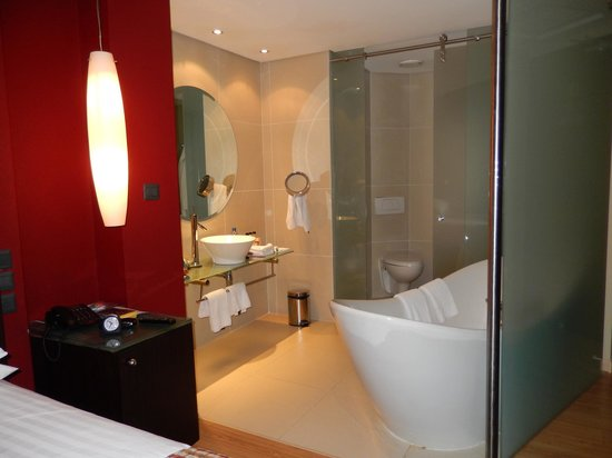 Tribe Hotel: tub and lavatory are part of the bedroom