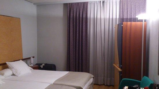 Hotel Alfonso V: Nuestra habitación,con el Horrible y Enorme mueble. Lástima!