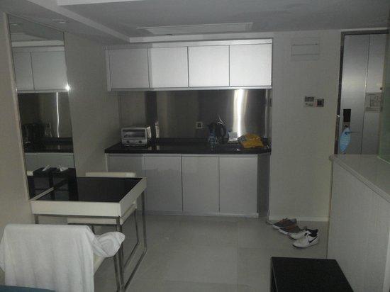 Hotel LBP: Business suite kitchen area