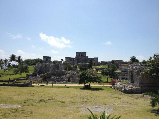 Maya-Ruinen von Tulum: Pyramid El Castillo (looking East from midway/far end of site)