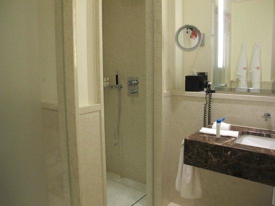 The Charles Hotel: Baño