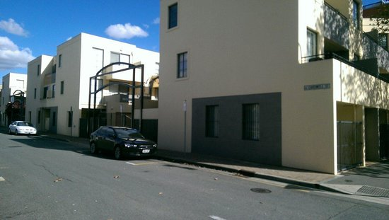 RNR Serviced Apartments Adelaide: Cardwell street side view