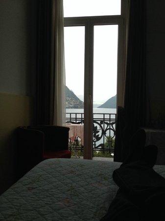 Hotel Victoria au Lac: Seeblick vom Bett aus