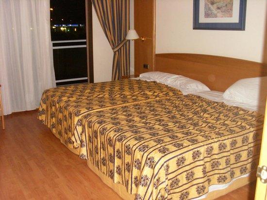 Hotel Best Triton : Massive beds