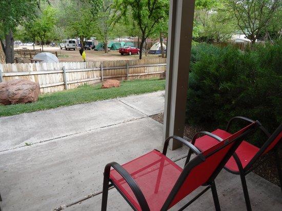 Quality Inn at Zion Park: Выход на улицу