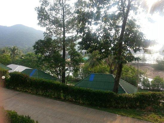 Bang Bao Cliff View Resort : Вид из домика на залив со второго ряда. Всего 3 ряда домиков.