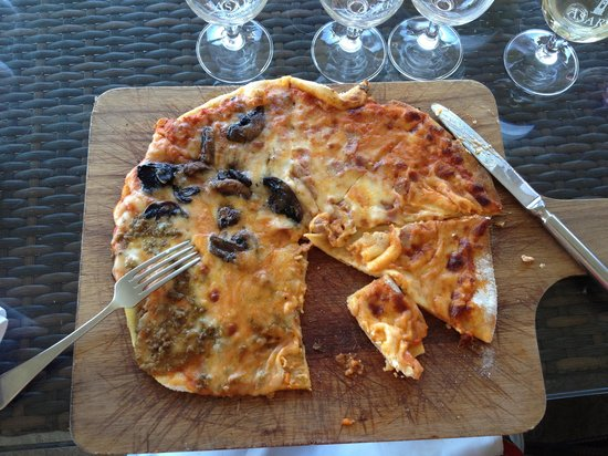 Asara Wine Estate & Hotel: 4 flavour pizza