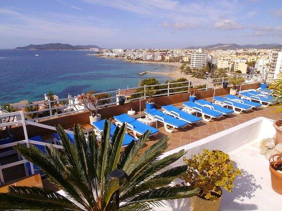 Hotel Cenit: Pool area looking to Figuertas and Playa d'en Bossa