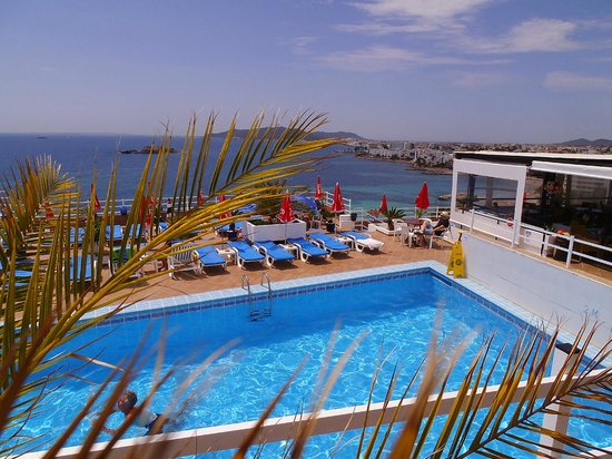 Hotel Cenit: Pool and bar to the right