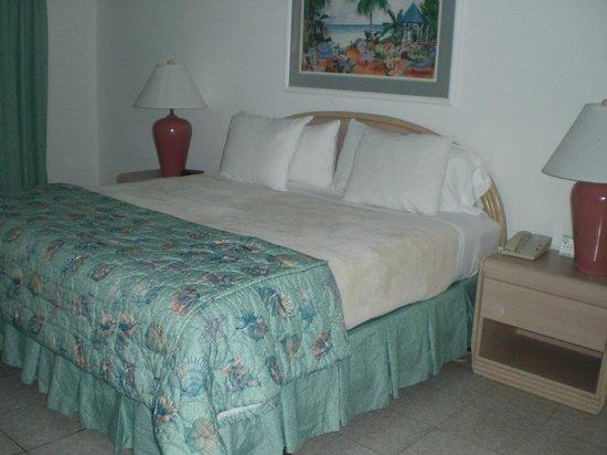 Sonesta Maho Beach Resort, Casino & Spa : ツインのベッドでも広くて寝心地がよかったです。