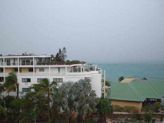Sonesta Maho Beach Resort, Casino & Spa : 雨の日の眺めはこんな感じです。