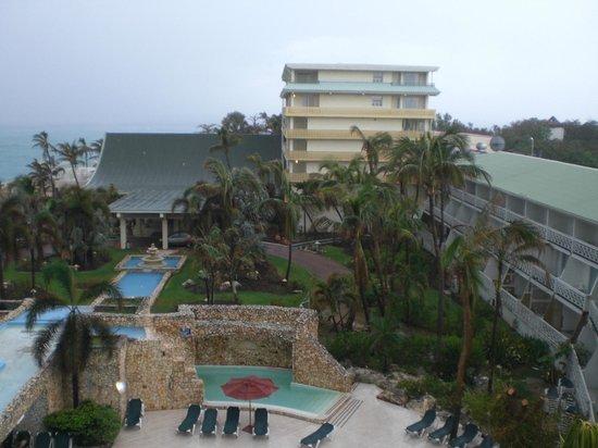 Sonesta Maho Beach Resort, Casino & Spa : 雨の日は何も見えず残念です。