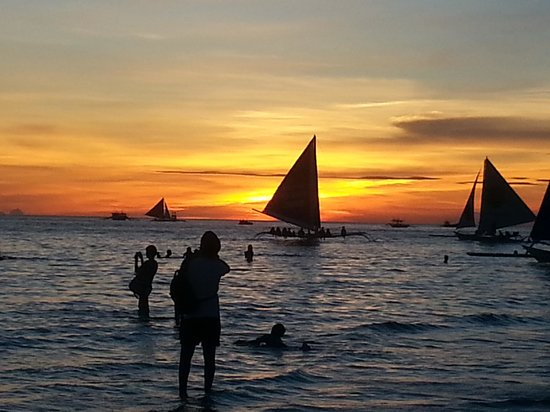 Red Coconut Beach Hotel : Borocay sunset on the beach in front of the hotel