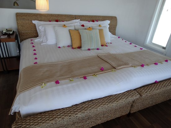 Centara Grand Island Resort & Spa Maldives: Honeymoon bed!!