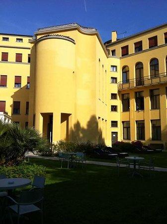 Best Western Premier Hotel Sant'Elena : innenhof mit gartenbereich