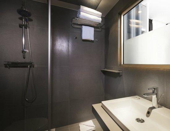 Hotel du Cadran Tour Eiffel: Nouvelle salle de bain chambre twin