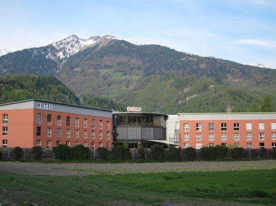 Swiss Heidi Hotel: 後ろには 山々が…