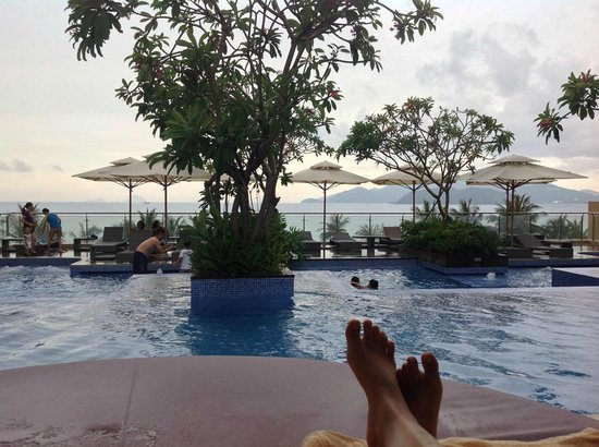 InterContinental Nha Trang : At the pool with chill-out music