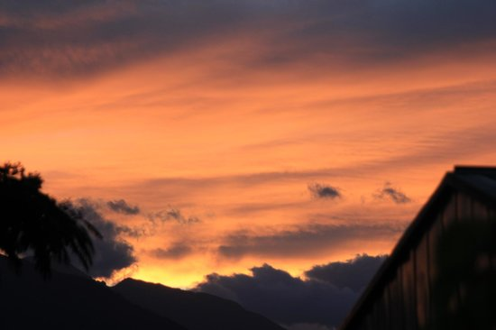 Takaka Camping & Cabins : Sunset over the hills