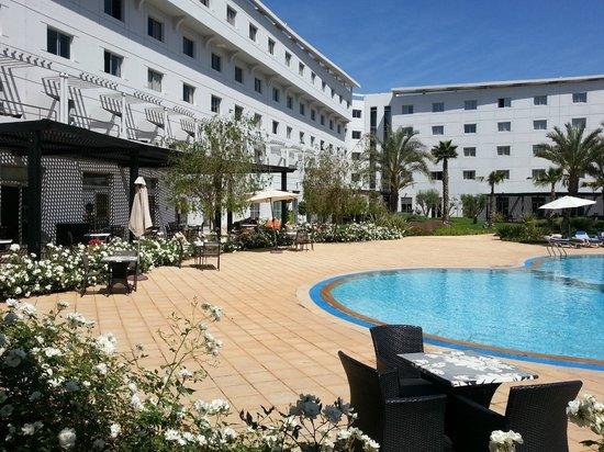 Hotel Relax Airport: L'hôtel et sa piscine