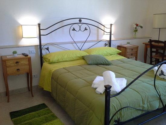 Camere Da Letto Blu : Pareti blu pallide e borgogna moquette della camera da letto