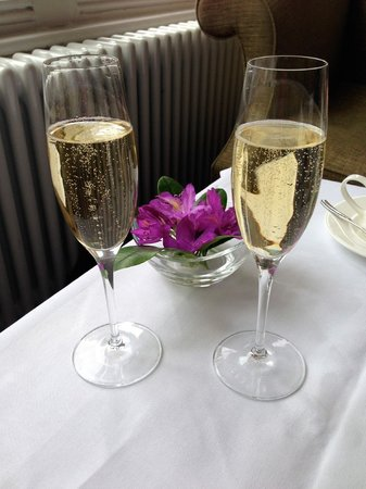 Wivenhoe House: Champagne afternoon tea