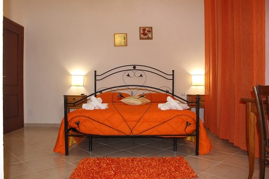 Camera da letto arancione - Foto di Baglio Bellavista, Paceco ...
